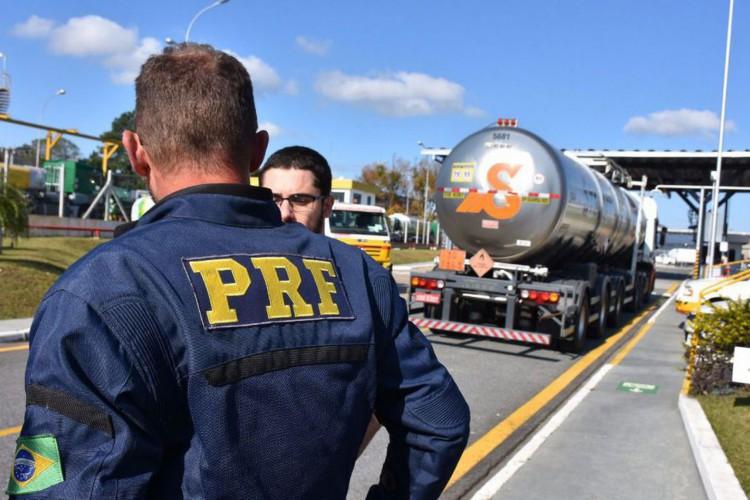 Equipes da Polícia Rodoviária Federal (PRF) escoltam uma carga de combustível para aviação desde a Refinaria da Petrobras em Araucária (PR) até o Aeroporto Internacional Afonso Pena, em São José dos Pinhais (PR). (Foto: PRF/Divulgação)