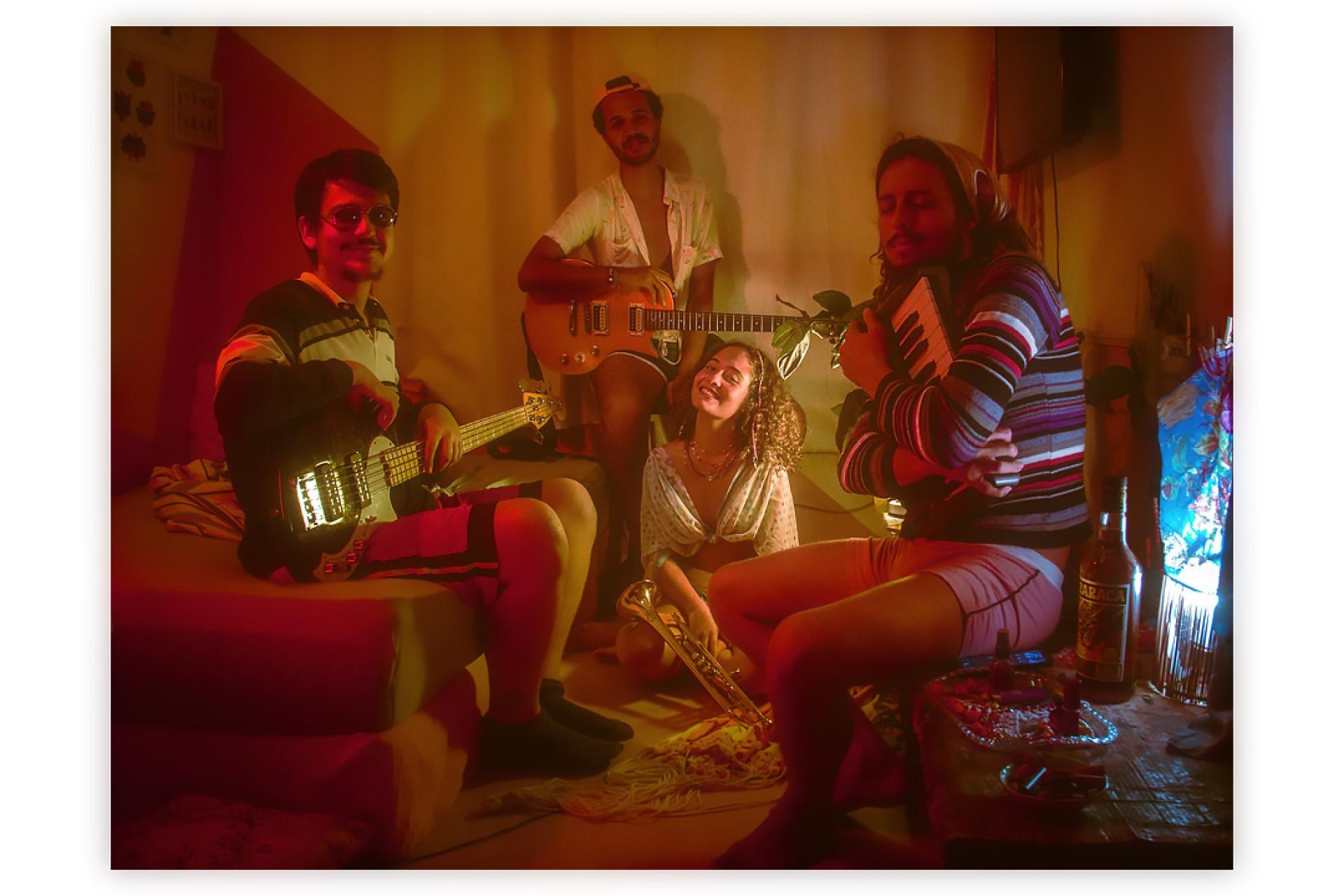 """Alulu e banda que a acompanha no clipe """"Amor Telasss"""", seu primeiro single lançado em todos os serviços de streaming"""