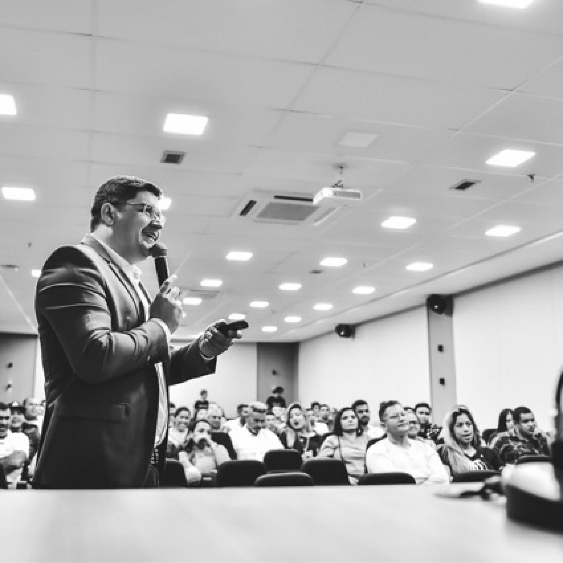 Luciano Farias desenvolveu o AulasQueVendem, treinamento online ensinando pessoas a transformarem seus conhecimentos em um negócio digital lucrativo