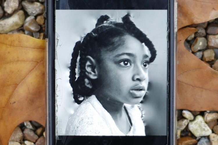 Telefone celular exibindo uma fotografia de Ella Adoo-Kissi-Debrah, que morreu em fevereiro de 2013 de um grave ataque de asma (Foto: AFP)