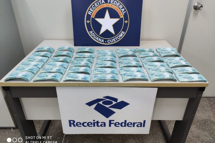 As cédulas falsas foram localizadas em uma encomenda que vinha da cidade Ribeirão das Neves, em Minas Gerais (Foto: Divulgação/Receita Federal)