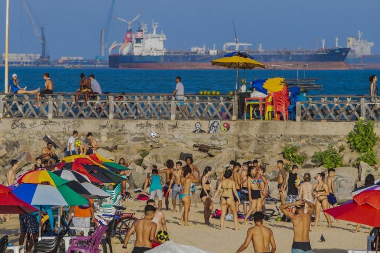 FORTALEZA, CE, BRASIL, 16.12.2020:  Aumento da contaminação entre os jovens pelo coronavirus. Na foto: jovens se divertindo na praia dos Crush (Fco Fontenele/O POVO) (Foto: FCO FONTENELE)
