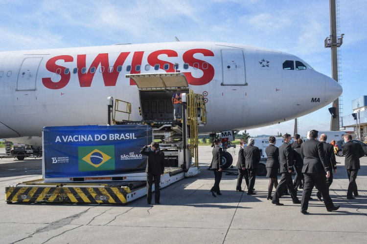 Avião cargueiro que chegou da China em Guarulhos, São Paulo, em 18 de dezembro de 2020, com 1.900.000 doses da vacina CoronaVac (Foto: NELSON ALMEIDA / AFP)