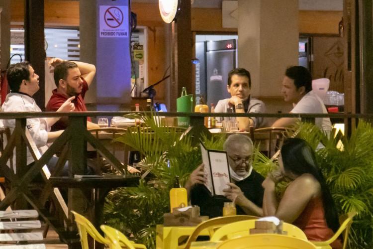 FORTALEZA, CE, BRASIL, 18.12.2020: Movimentação em bares e restaurantes no Polo de lazer da Varjota. Em época de COVID-19. (Foto: Aurelio Alves/O POVO). (Foto: Aurelio Alves)