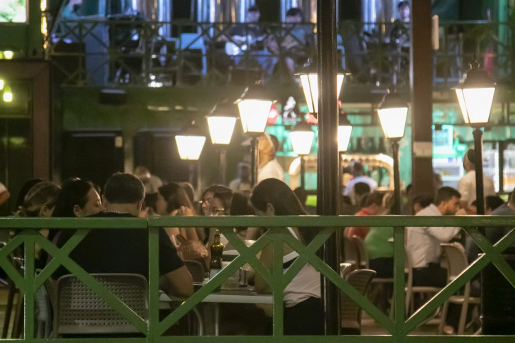 Movimentação em bares e restaurantes no polo de lazer da Varjota (Foto: Aurelio Alves)