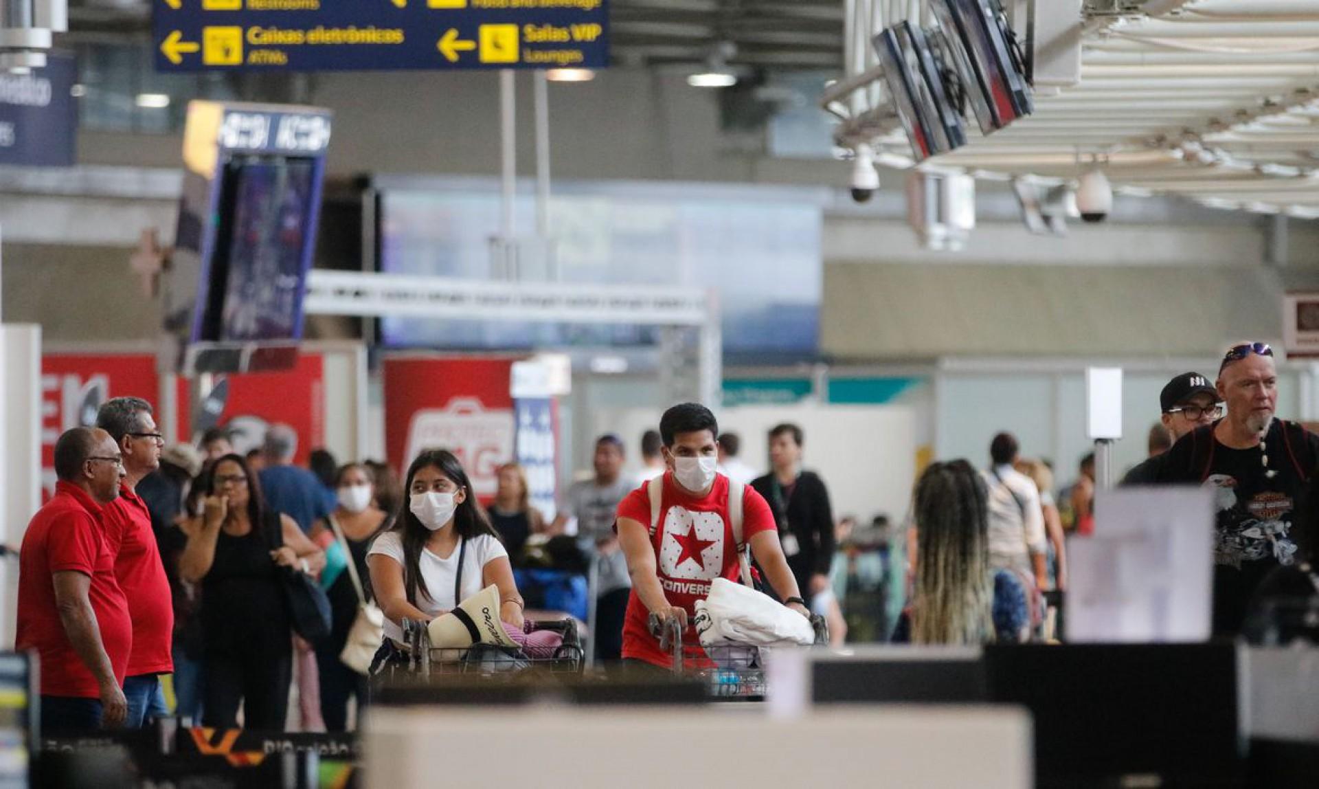 Passageiros e funcionários circulam com máscaras no no Aeroporto Internacional Tom Jobim- Rio Galeão (Foto: Fernando Frazão/Agência Brasil)