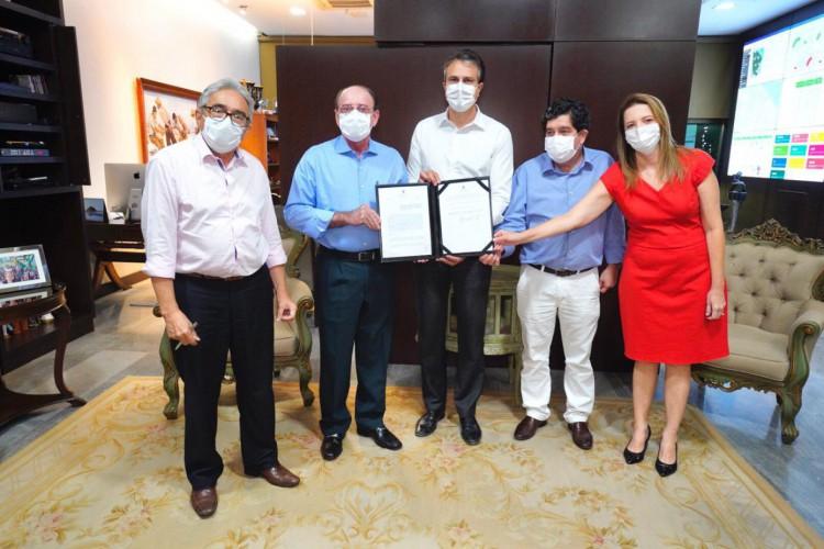 Solenidade que marcou assinatura do decreto para tornar o Hospital Geral de Cratéus parte da rede pública do Ceará. (Foto: Reprodução/Twitter Camilo Santana)