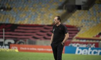 Técnico Rogério Ceni à beira do campo no jogo Flamengo x Bahia, no Maracanã, pelo Campeonato Brasileiro Série A
