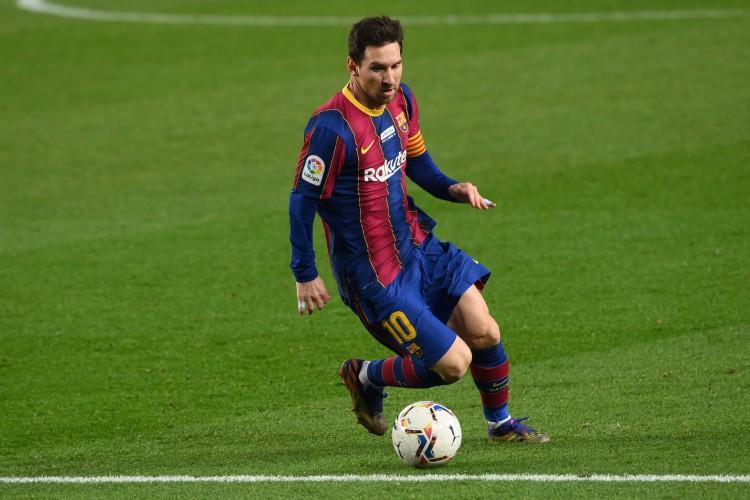 Lionel Messi em ação pelo Barcelona na temporada 2020/2021 (Foto: LLUIS GENE / AFP)