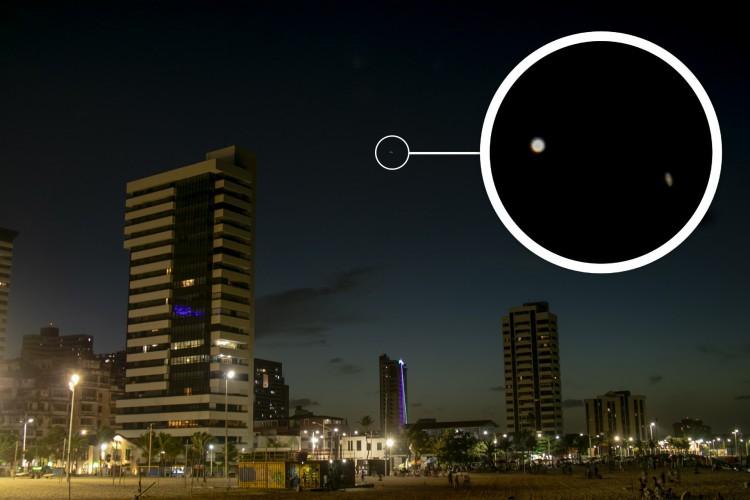 Júpiter e Saturno visto a olho nu na Praia de Iracema, em 21 de dezembro de 2020. A novidade agora, em janeiro, será que o planeta Mercúrio se juntará aos dois e promoverá uma Tripla Conjunção Planetária (Foto: Aurelio Alves)