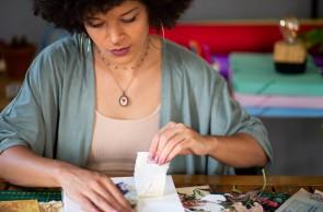 Maria Rosa é designer e colagista. Conta histórias de mulheres por meio da sua arte. Utiliza a papelaria como um suporte afetivo para carregar histórias de resistência e levar representatividade e inspiração com a marca Arte de Maria