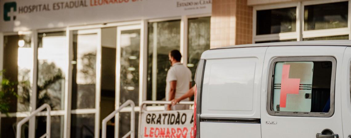 Ambulância estacionada em frente ao Hospital Leonardo da Vinci aguardando um paciente curado de Covid-19 (Foto: JÚLIO CAESAR)