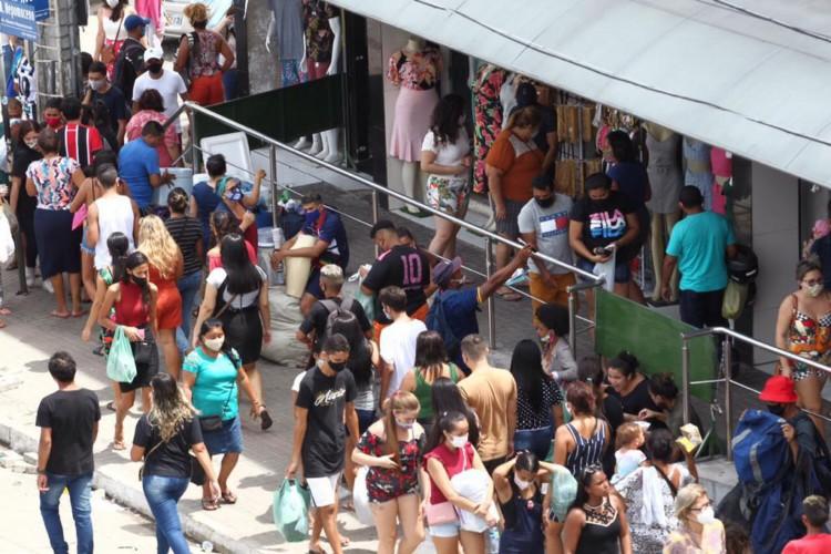 Feira na rua José Avelino, no Centro de Fortaleza, registra aglomeração nesta quarta-feira, 23. (Foto: Fábio Lima/O POVO)