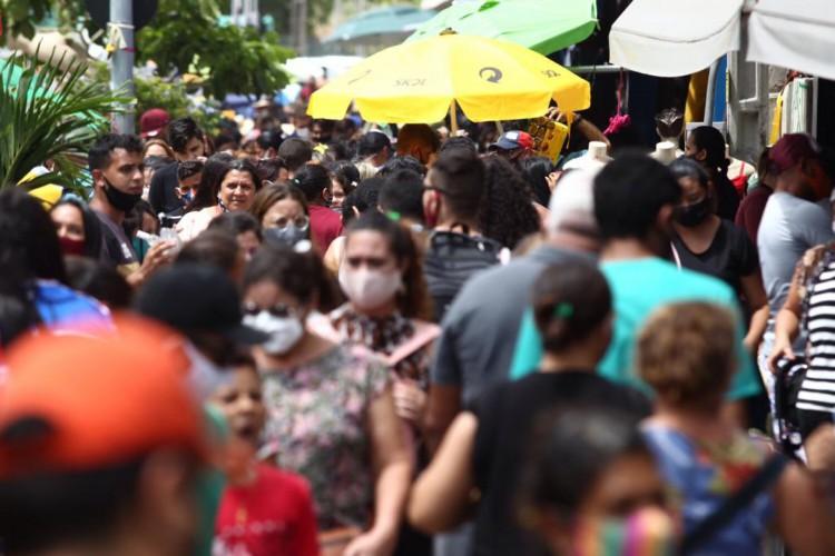Movimentação no Centro de Fortaleza (Foto: Fábio Lima/O POVO)