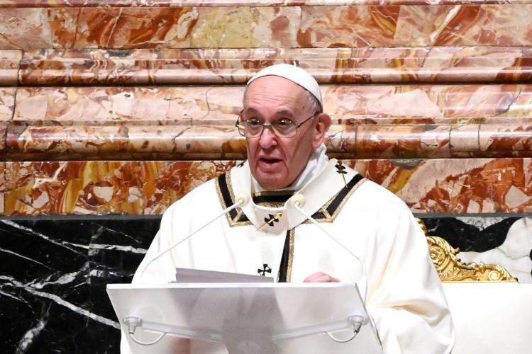 Em uma entrevista televisionada parcialmente transmitida nesse sábado, 9, o pontífice se manifestou sobre a imunização contra a Covid-19. (Foto: Vincenzo PINTO / POOL / AFP)