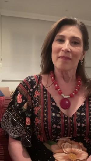 No vídeo, a atriz ressalta a época natalina enquanto Nicette estava viva e o que hoje ela representa: