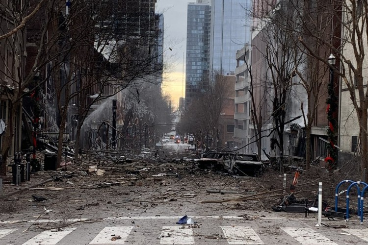 Nesta foto da página do Twitter do Corpo de Bombeiros de Nashville, o dano é visto em uma rua após uma explosão em Nashville, Tennessee em 25 de dezembro de 2020 (Foto: AFP)