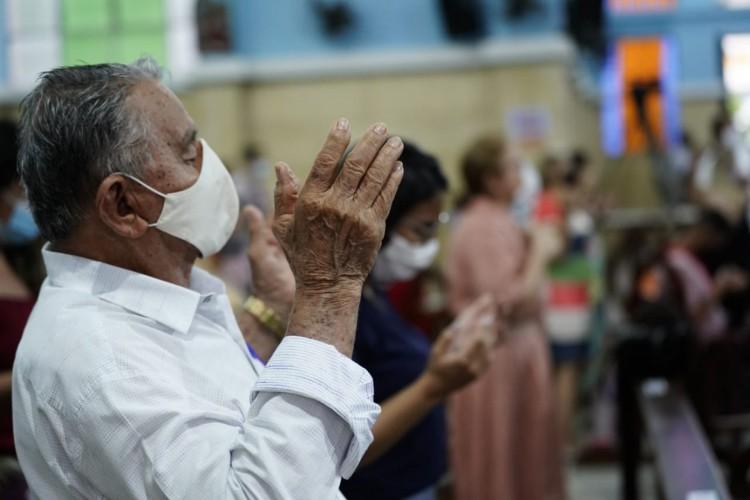 A celebração teve início às 17 horas, com público interno e externo respeitando as medidas sanitárias contra a Covid-19, utilizando máscaras e respeitando o distanciamento social (Foto: Júlio Caesar/O POVO)