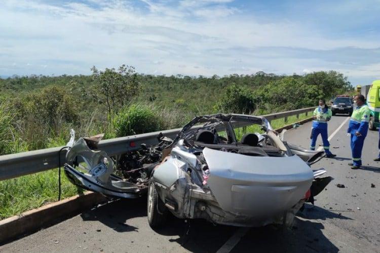 Carro bateu em caminhão e cinco pessoas morreram    (Foto: Divulgação/Polícia Militar Rodoviária)