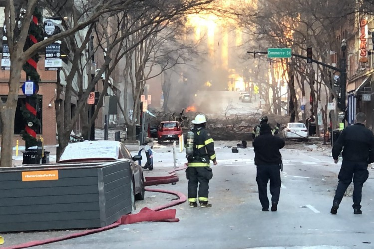 Foto da página do Twitter do Corpo de Bombeiros de Nashville, onde é visto o dano em uma rua após a explosão em Nashville, Tennessee, nesta sexta-feira, 25 de dezembro de 2020. A explosão foi associada a um veículo e teria sido um