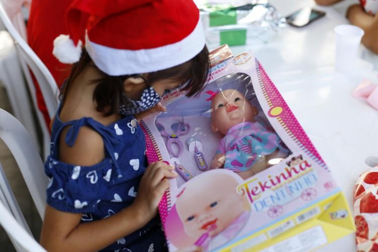 Crianças recebem presentes por meio da ação Natal do Acolhimento. (Foto: Divulgação/Governo do Ceará)