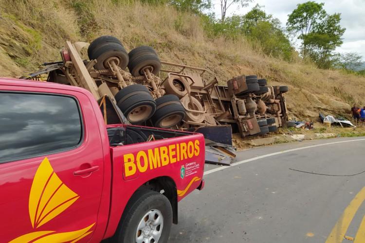 Por volta das 1h45min, equipes do Corpo de Bombeiros Militar do Ceará (CBMCE) de Crateús e Ipueiras foram acionadas e atuaram no resgate das duas vítimas (Foto: Divulgação/CBMCE)