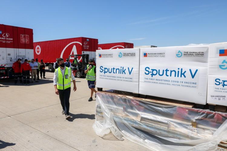 Contêineres com 300.000 doses da vacina Sputnik V contra COVID-19, no aeroporto internacional de Ezeiza, nos arredores de Buenos Aires      (Foto: AFP)