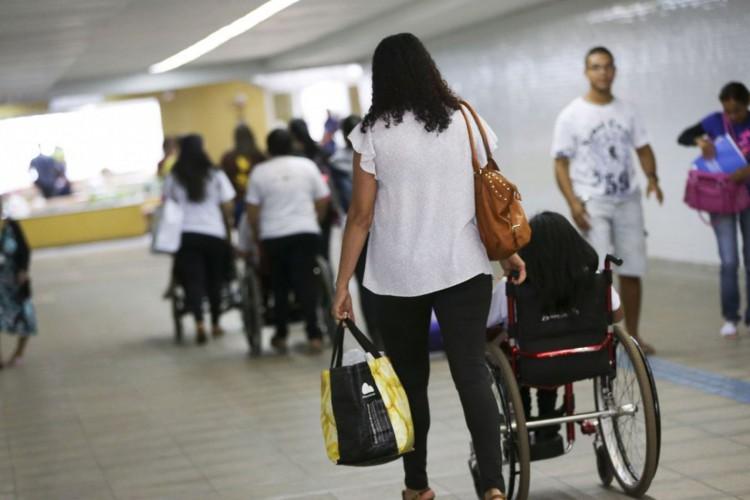 Brasília - A Coordenação de Pessoas com Deficiência (Promodef) do DF realiza atividades em comemoração ao Dia Nacional de Luta da Pessoa com Deficiência, na estação 112 Sul do metrô (Marcelo Camargo/Agência Brasil) (Foto: Marcelo Camargo/Agência Brasil)