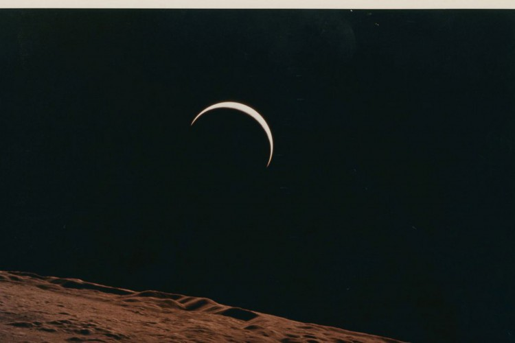 Lot 558, Crescent Earth rising beyond the Moon's barren horizon, July 26- August 7, 1971, taken by Apollo 15 crew member Alfred Worden, one of the space photographs in a collection up for auction at Christie's, is seen in this handout image. Alfred Worden/Christie's/Handout via REUTERS  THIS IMAGE HAS BEEN SUPPLIED BY A THIRD PARTY. MANDATORY CREDIT. NO RESALES. NO ARCHIVES. NO NEW USES AFTER NOVEMBER 20, 2020 (Foto: CHRISTIE'S/ALFRED WORDEN)