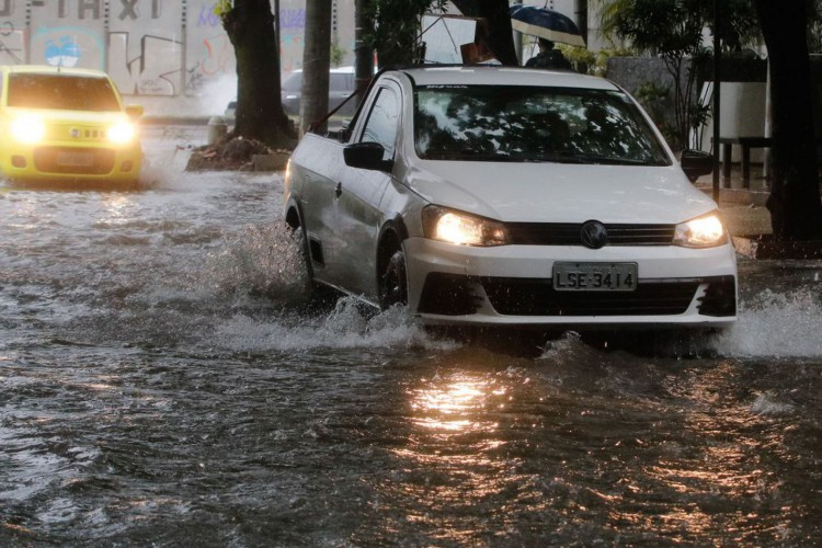 Frente fria traz tempestade, ventania e causa alagamentos no Rio de Janeiro. Rua Pedro Bolato, com bolsão d'água prejudica o trânsito de veículos e pedestres na Barra da Tijuca. (Foto: Fernando Frazão/Agência Brasil)