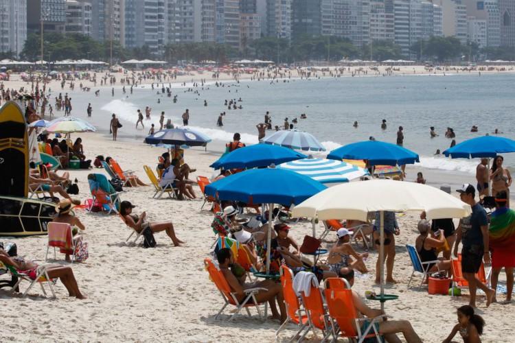 Cariocas aproveitam manhã sábado com  calor, para se refrescar e praticar esportes na praia de Copacabana. (Foto: Fernando Frazão/Agência Brasil)