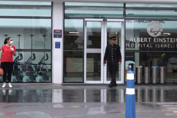 Entrada principal do hospital Albert Einstein, em São Paulo, onde o prefeito eleito de Goiânia, Maguito Vilela, permanece internado desde o final de outubro com quadro grave de Covid-19 (Foto: rahel patrasso/agência brasil)