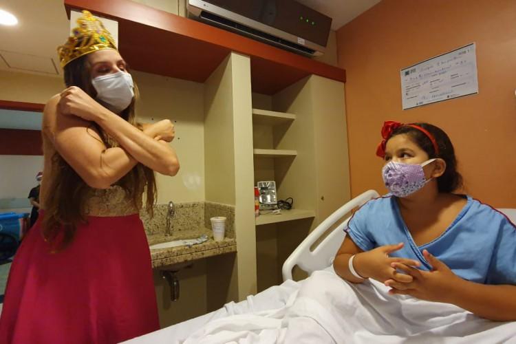 Crianças recebem visita de profissionais da saúde do Hospital Estadual Leonardo Da Vinci (HELV) caracterizados. (Foto: Divulgação/HELV)