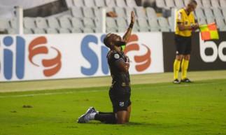 Samuel Xavier foi autor do gol de empate do Ceará contra o Santos na Vila Belmiro, pelo Campeonato Brasileiro