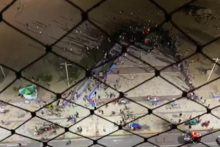 Multidão é dispersada com tiros pela PM na Praia de Iracema neste domingo, 27 (Foto: Reprodução/ Redes Sociais)