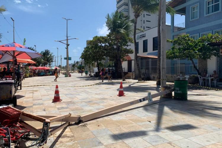 Poste caiu na manhã deste domingo, 27, na Praia de Iracema (Foto: Deisa Garcêz/Especial para O Povo)
