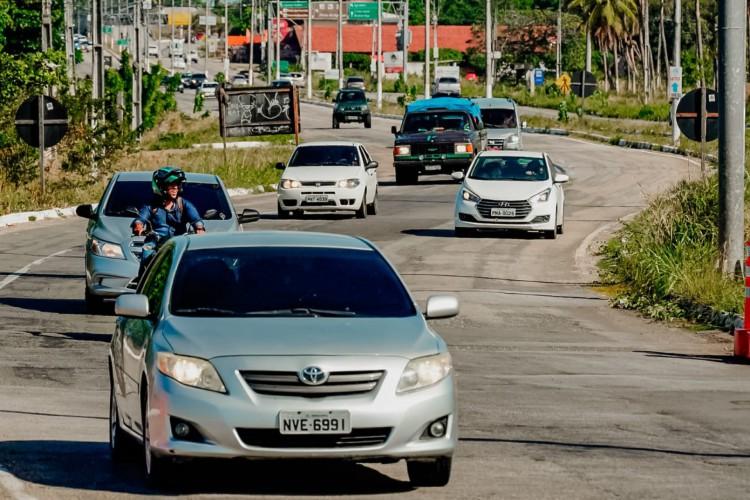 A rodovia CE 040 apresentou forte movimentação de carros e motos (Foto: Júlio Caesar/O POVO)