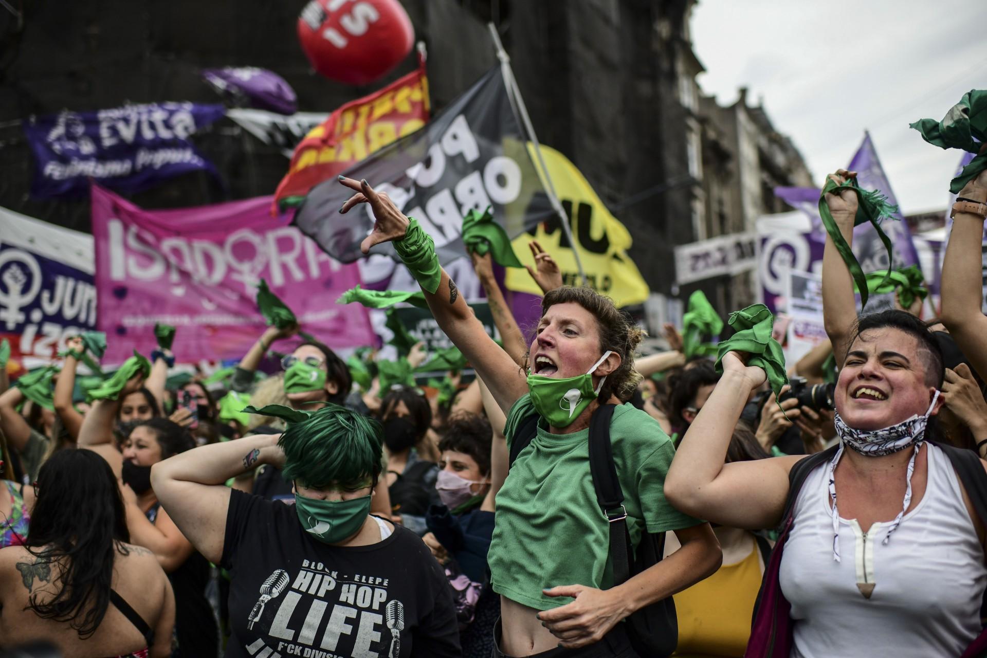 Em 11 de dezembro de 2020, manifestantes comemoram com lenços verdes - o símbolo dos ativistas pelos direitos do aborto - após a Câmara dos Deputados aprovar a descriminalização do aborto na Argentina.(Foto: AFP)