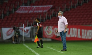 Técnico Abel Braga à beira do campo no jogo Internacional x Palmeiras, no Beira-Rio, pelo Campeonato Brasileiro Série A