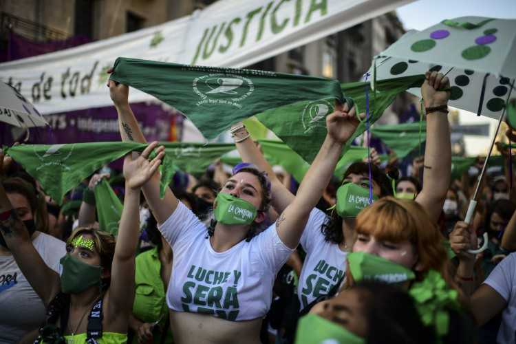 Após protestos de ativistas pelos direitos do aborto, procedimento se torna legal em toda Argentina  (Foto: RONALDO SCHEMIDT / AFP)