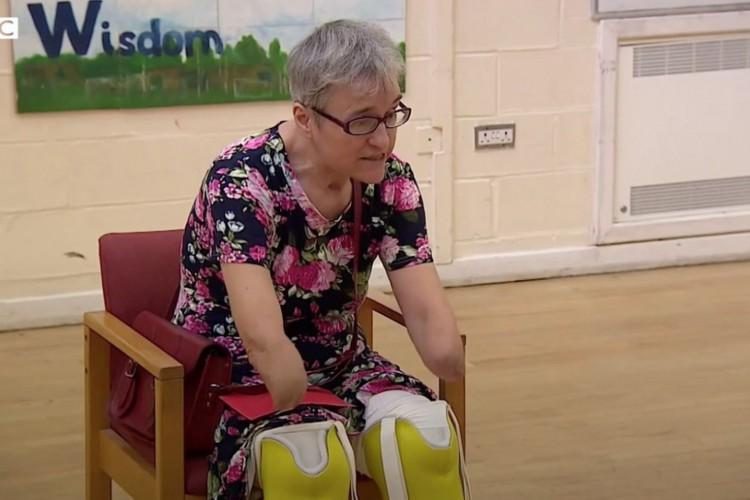 Caroline Coster foi colocada em coma induzido por um mês e quase morreu em duas ocasiões, depois de pegar Covid-19 em março.    (Foto: BBC News)