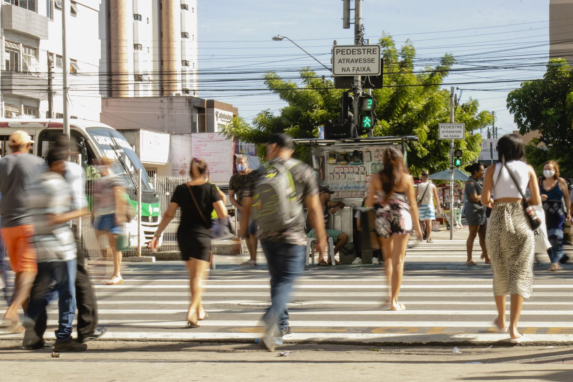 FORTALEZA, CE, BRASIL, 30.12.2020: Em frente North Shopping na Avenida Bezerra de Menezes. Previsao de retomada de empregos 2021 - Economia. Em época de COVID-19. (Foto: Aurelio Alves/O POVO).