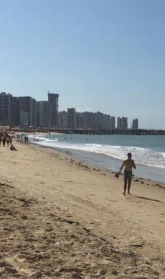 A faixa de areia da Praia de Iracema, onde são localizadas as barracas de praia, apresentaram pouco fluxo de turistas e banhistas.
