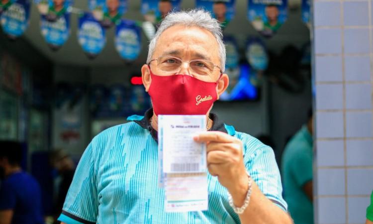 João Luiz de Carvalho, aposentado, conta sobre aposta anual que faz na mega da virada.