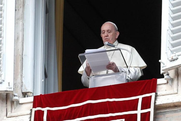 O Papa Francisco gesticula ao proferir a oração do Angelus de sua janela no dia do lançamento de sua nova encíclica, intitulada