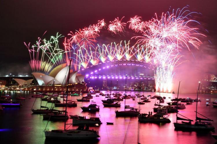Fogos de artifício explodem no alto de ruas vazias, na Austrália (Foto: )