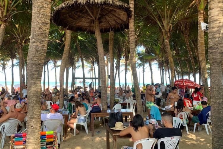 Barracas na Praia do Futuro registram alto movimento de clientes e turistas nesta quinta-feira, 31, véspera de Ano Novo.  (Foto: Thais Mesquita/ O POVO )
