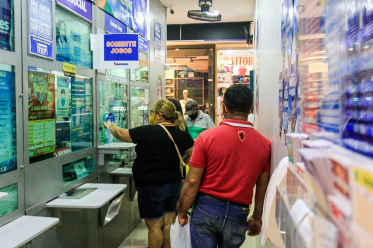 Movimentação nas loterias para as apostas da Mega da Virada 2020 nas loterias do Centro de Fortaleza (Foto: Bárbara Moira/ O POVO)