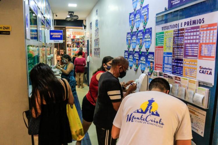 Movimentação nas loterias para as apostas da Mega Sena da Virada nas loterias do Centro.  (Foto: Bárbara Moira/ O POVO)