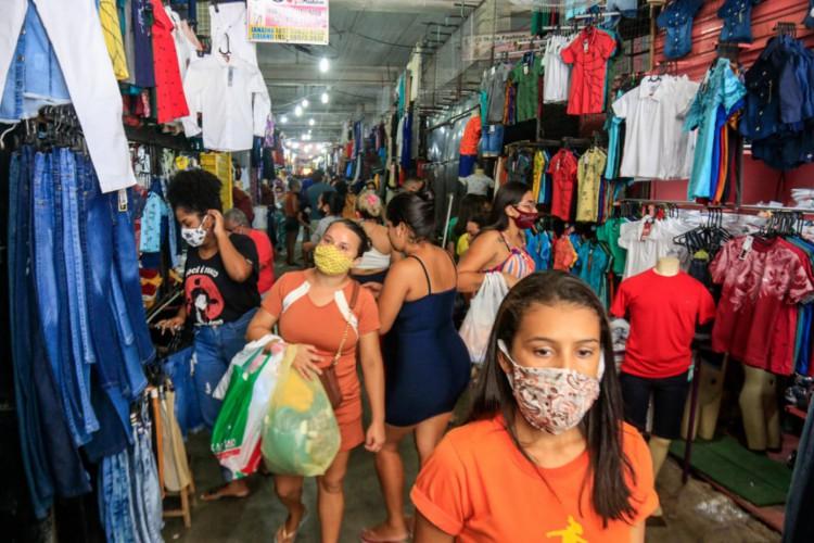 Consumidores aquecem o comércio do Centro de Fortaleza nesta quinta-feira, 31 de dezembro, sobretudo, em busca de peças de roupa. (Foto: Bárbara Moira/O Povo)